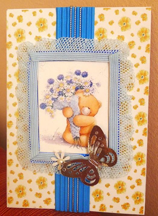 Картичка мече с букет от цветя