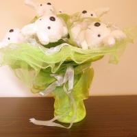 Зелен плюшен букет от румени зайчоци