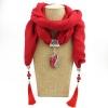 Червен шал с пискюли